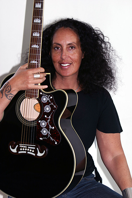 Hero thumb moana maniapoto guitar seated